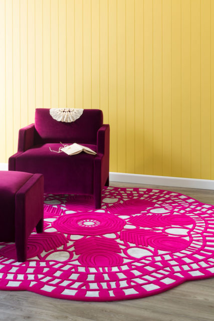 Living room image of Evelyn rug in hot pink colour