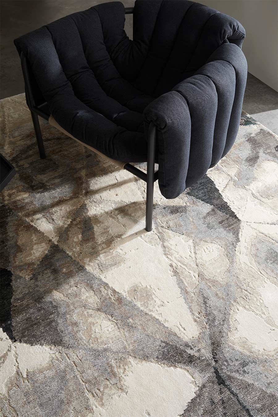 Detailed image of geometric Atlas rug in grey colour