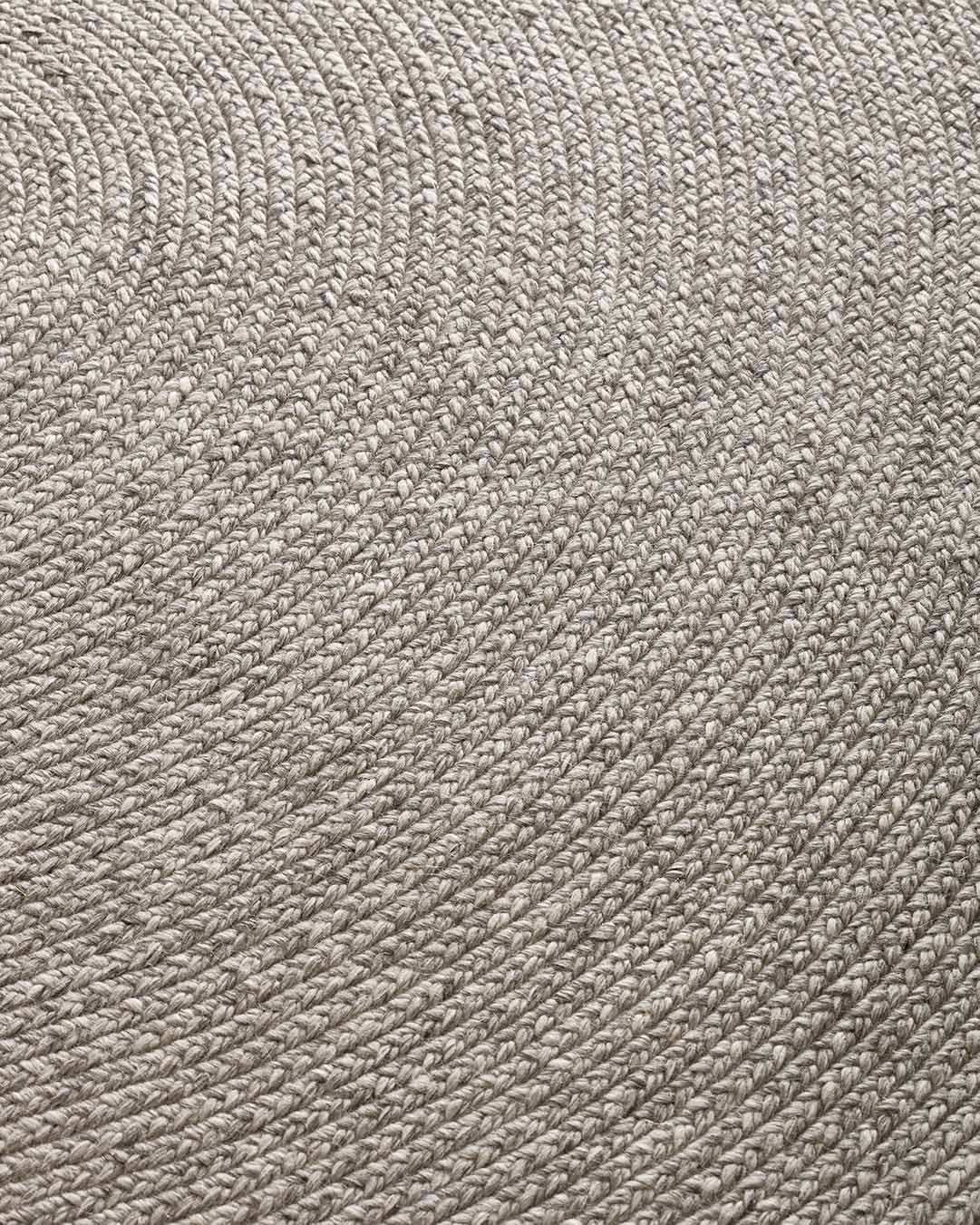 Close up view of Glenmore round rug in silver colour